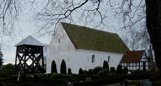 Gudstjeneste: Andagt og alsang. Her synger vi sammen med kirkens organist, sanger og lille kor alle