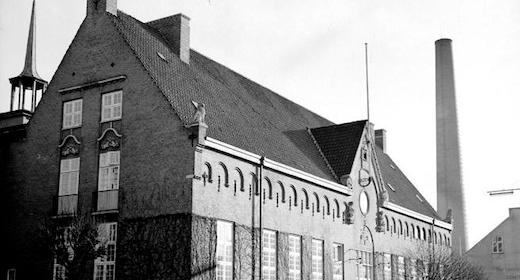 AFLYST - Biblioteket bag facaden