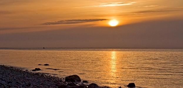 Musik og solnedgang ved Røsnæs havn.