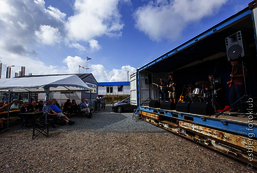 Musik ved containerudstilling - Cross the Border