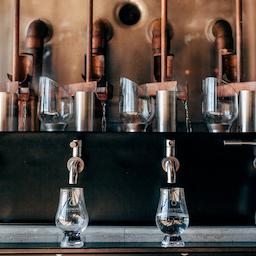 Smagning fra fad på whiskylageret hos Stauning Whisky.
